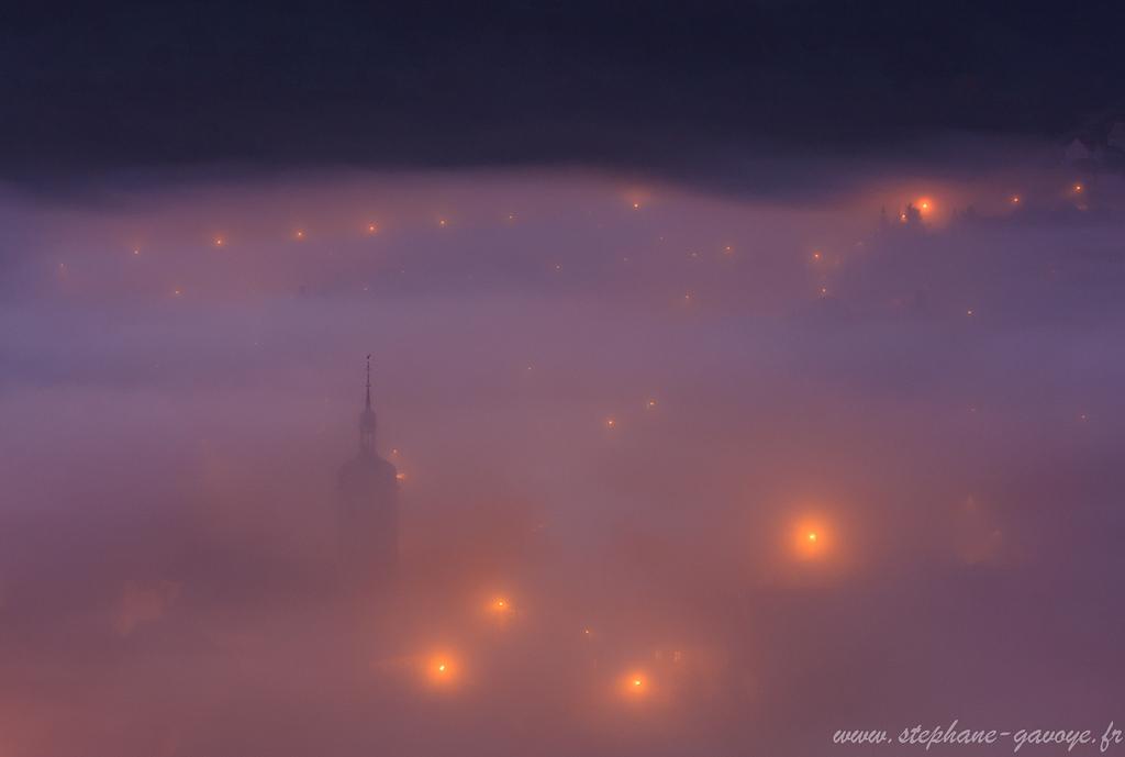Clocher d'Ornans sous la brume